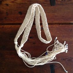 Skärp knutet i Makrame med somrigt blå pärlor