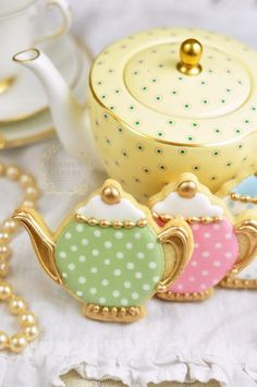 How to Make Vintage Tea Pot Cookies that are Almost too Good to Eat! Create adorable vintage teapot cookies with this tutorial from Juniper Cakery Fancy Cookies, Vintage Cookies, Iced Cookies, Cute Cookies, Cookies Et Biscuits, Sugar Cookies, Iced Biscuits, Owl Cookies, Cupcake Cookies