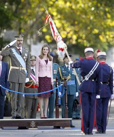 Don Felipe, acompañado de la princesa Letizia, preside por primera vez el desfile del Día de la HispanidadAnte la ausencia del Rey por su operación de cadera y de la Reina, el heredero a la Corona ha presidido por primera vez en solitario la marcha militar, que este año ha contado con muchos cambios