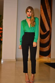 Blusa verde esmeralda y pantalón negro