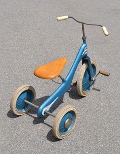 Tricycle bleu et selle en bois