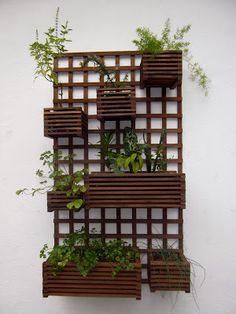 Treliças e Cachepôs de Madeira - Small Balcony Garden, Terrace Garden, Garden Art, Jardim Vertical Diy, Vertical Garden Diy, House Plants Decor, Plant Decor, Balcony Design, Garden Design