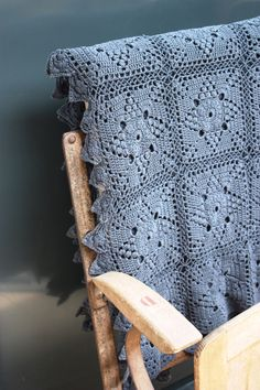 Ancien Plaid en crochet vu chez Le Grenier de Ninon I like the pattern in this color - this way the pattern is less old-fashion, it became almost modern! Plaid Au Crochet, Beau Crochet, Crochet Diy, Crochet Afgans, Crochet Motifs, Manta Crochet, Crochet Squares, Crochet Granny, Crochet Home