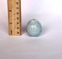 Ehi, ho trovato questa fantastica inserzione di Etsy su https://www.etsy.com/it/listing/525706614/vaso-in-miniatura-ceramica-bianca-decoro
