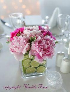Tischdeko mit Limetten und Pfingstrosen