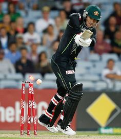 Australia Vs South Africa LIVE Score, Cricket Score, South Africa in Australia, 5 ODI Series, 2014, 1st ODI Teh australia won last two T2m matches out of thre matces. in the last match of south africa played first but remained beacuse CL White tskes Australia for series picked up,
