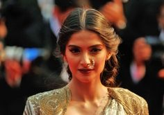 Not only has Indian actress Sonam Kapoor been radiant on the 2013 Cannes Film Festival red carpet, she serves as the face of L'Oréal's new Bollywood-inspired L'Or Sunset Collection. Beauty Hacks Skincare, Beauty Makeup Tips, Beauty Secrets, Beauty Tricks, Beauty Products, Daily Beauty Tips, Beauty Tips In Hindi, Sonam Kapoor, Cannes