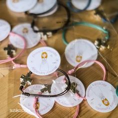 Pulseras para regalar a los invitados de Primera Comunión, con pegatina personalizada First Communion, Event Planning, Craft, Personalized Stationary, Bangle Bracelets, Necklaces, First Holy Communion