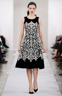 Vestido de fiesta en color negro con estampado tribal en tono blanco - Foto Oscar de la Renta