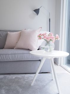 Pink Cozy Reading Corners, Cozy Living Rooms, Interior Inspiration, Throw Pillows, Bed, Table, Pink, Furniture, Ideas