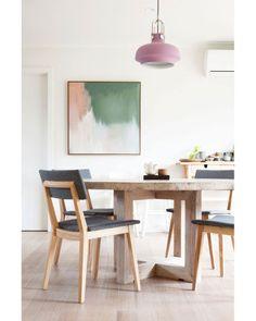Paredes brancas, piso de madeira, mobiliário com design moderno e elementos cinza dão o tom contemporâneo do espaço australiano