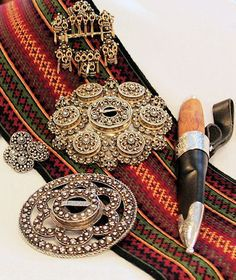 Jewelry and knife for traditional Norwegian folk costumes. From region Telemark. Norwegian Style, Norwegian Food, Traditional Art, Traditional Outfits, Viking Dress, Tablet Weaving, Norse Vikings, Norwegian Tattoo, Folk Costume