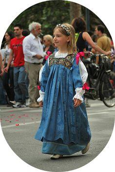 bimba con vestito azzurro - Ferrara: il castello e il palio di maggio