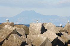 Castellabate e sullo sfondo la bellissima costiera amalfitana.