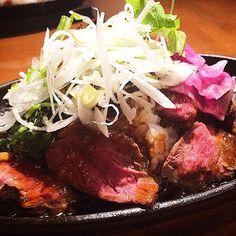本日のランチ。熟成肉のステーキ丼!ステーキが柔らかくて、味に深みがあって美味しすぎた!! スープとサラダバーがついてこれで800円はめちゃくちゃ安い。リピートあり!  #TheAgingHouse1795 #熟成肉 #エイジングビーフ #ステーキ丼 #美味しすぎた #お腹いっぱい #Agingbeef #大阪マルビル #おすすめランチ #lunch #腕でくると思ったらまさかの鉄板 #素敵