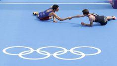 El oro Alistair Brownlee y la plata Gómez Noya se felicitan al terminar la carrera. Triathlon | JJOO 2012 | EL PAÍS