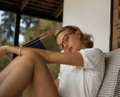 WILDCARD Wonder what she's thinking. (Lulu Frost Grace Kelly pauses in her reading.Grace Kelly pauses in her reading. Hollywood Glamour, Classic Hollywood, Old Hollywood, Divas, Princesa Grace Kelly, Patricia Kelly, Actrices Hollywood, Classic Beauty, Soft Classic