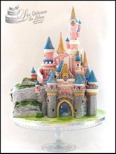 Moelleux choco fraise. Tout est entièrement fait main ! Le château est en RKT et pâte à sucre , travaillé à l ' aérographe, spray perle et or. Tout est taillé sur mesure puis assemblé petit à petit . Gâteau réalisé pour Karine, grande enfant restée fan de Disney émoticône ... Disneyland Birthday, Disneyland Castle, Disney Birthday, Birthday Ideas, Chateau Princesse Disney, Paris Cakes, Crazy Cakes, Disney Cakes, Handmade Crafts
