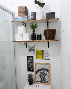 Novidades no banheiro mais simples e cheio de querer deste insta kkk' Aquela decor pra quem não tem grana! Compramos hoje estas plaquinhas…