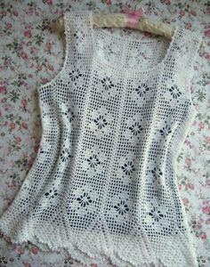 top Ladies Tops - Buy within the huge collection of Tops for Women Online from Vero Moda, AND, Dress Blouse Au Crochet, T-shirt Au Crochet, Crochet Shirt, Filet Crochet, Red Blouses, Blouses For Women, Dress Patterns, Tshirt Garn, Couture Facile
