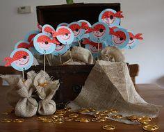 piratentraktatie met  gouden munten... Check http://www.mamaweetjes.nl/tips-trics/school-traktatie-maken-de-26-leukste-ideeen/ voor meer traktatie ideeën!