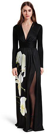 Altuzarra chez Target – Robe maxi noire à imprimé d'orchidée, 69,99$, chaussures noires avec bride à la cheville 39,99$.