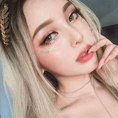 From Natural To OTT: The Best Coachella 2019 Beauty Looks Makeup Trends 2019 coachella makeup trends 2019 Pony Makeup, Cute Makeup, Hair Makeup, Pony Effect Makeup, Makeup Tips, Makeup Tutorials, Beauty Night, Beauty Make-up, Asian Beauty