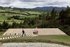 Ao projetar casa em Medellín, na Colômbia, Antonio Sofán opta por interferir o mínimo possível na paisagem escondendo casa em declive :: aU - Arquitetura e Urbanismo