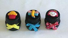 Potinhos feitos de tampa de garrafa pet