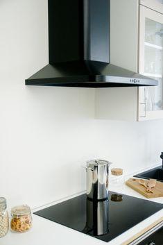 """Kallio-keittiöön sopivat mustat, """"valuraitaisuutta"""" henkivät koneet."""