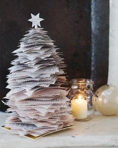 Árbol navideño con revistas o periódicos....