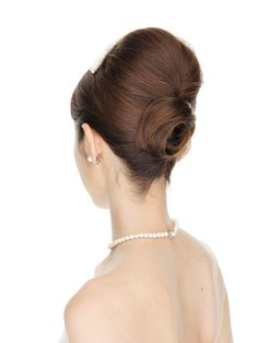 高さを出した夜会巻きで晴れの日にふさわしい華やかさを演出。後れ毛をすっきり整え毛流れの美しさを際立たせて。 ■お問い合せ先オルガンザ tel...
