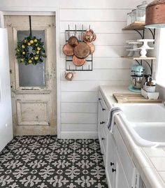 Are you searching for images for farmhouse kitchen? Check this out for very best farmhouse kitchen inspiration. This particular farmhouse kitchen ideas will look entirely wonderful. Farmhouse Kitchen Decor, Farmhouse Chic, Farmhouse Design, Vintage Farmhouse, Farmhouse Budget, White Farmhouse, Farmhouse Ideas, Country Kitchen, Küchen Design