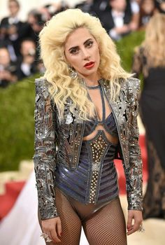 Met Gala Lady Gaga in Atelier Versace Fotos Lady Gaga, Lady Gaga Super Bowl, Lady Gaga Met Gala, Sin City 2, Lady Gaga Fashion, Lady Gaga Outfits, Lady Gaga Pictures, Divas, Gala Dresses