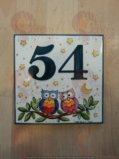 """(CODICE ARTICOLO: TP/95) Mattonella in ceramica cm 20x20 circa, dipinta a mano con decoro """"coppia di gufi"""". tecnica: maiolica."""