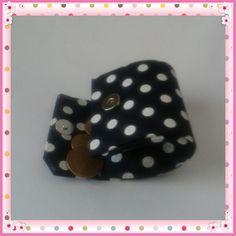 Que linda essa Mini Bolsinha! Ela possui fechamento com botão imantado e pode ser usada como porta moedas, chaves, batom ou até como lembrancinha. Feita sob medida! #cartonagem #portamoedas #minibolsinha #artesanato #handmade #handcrafted