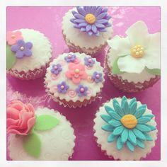 Cupcakes bellos de fondant! Un detalle hermoso para tus eventos.