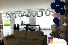 Decoração com balões formando o nome do curso que estava comemorando a certificação.  Balões: Balão Cultura (www.balaocultura.com.br)  #arranjodemesa #sempertex #decoracaoadulto #formatura #ortoadulto