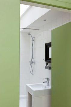 Une salle de bains vert pâle - 33 petites salles de bains qu'on adore - CôtéMaison.fr