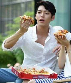 I want someone to look at me like Kim Woo Bin looks at his pizza Shin Min Ah Kim Woo Bin, Kim Wo Bin, Lee Min Ho, Asian Actors, Korean Actresses, Korean Actors, Weightlifting Fairy Kim Bok Joo, Hyung Sik, Bae Suzy
