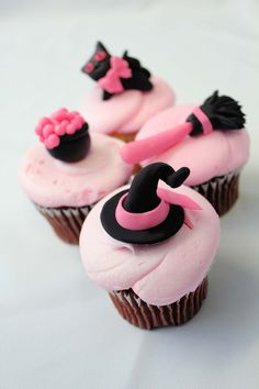 Start thinking of Halloween with this pink witchy cupcakes! Halloween Rose, Menu Halloween, Dessert Halloween, Halloween Birthday, Halloween Treats, Happy Halloween, Halloween Baking, Halloween Goodies, Fondant Cupcakes
