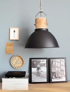 Zwarte hanglamp houten stuk stoer