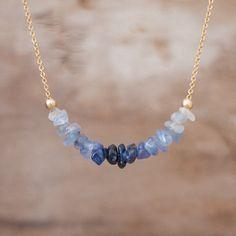 Fila de granos crudos de zafiro en hermosos tonos de azul han sido cuidadosamente dispuestos para crear este efecto de ombre y perfectamente en el centro de una cadena de oro llena de 14K para este hermoso collar. También disponible en plata Moderno, dulce pero vanguardista! Presente perfecto para un septiembre cumpleaños! •RAW zafiro perlas son 4-6mm Relleno de •14k de oro o cadena de plata esterlina 925. •Disponible en cadena 40cm/16 o 45cm/18 con cierre de broche de resorte Más joyería...