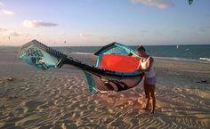 Samy Marins, 36, atleta profissional de kitesurf, na praia do Cumbuco, em Caucaia (CE).