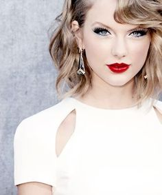 Beautiful short curly hair of Taylor Swift