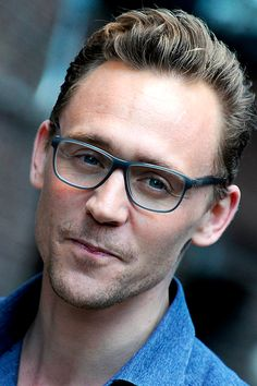 """Tom Hiddleston arriving at """"The Late Show With Stephen Colbert"""" taping at the Ed Sullivan Theater on October 16, 2015 in New York City. Full size image: http://ww2.sinaimg.cn/large/6e14d388gw1ex4paaq3yqj21kw11xq9x.jpg Source: Torrilla, Weibo"""