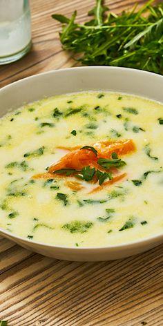 Spargel hat Saison, ist super vielseitig und eignet sich daher perfekt für dein Ostermenü. Hier zeigen wir dir ein leckeres 15-Minuten-Gericht mit dem Gemüse: Spargelcreme-Suppe mit Rucola und Lachs.