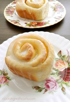 These delicious Lemon Curd Sweet Rolls are a perfect way to start the day with their tangy filling and sweet glaze! via These delicious Lemon Curd Sweet Rolls are a perfect way to start the day with their tangy filling and sweet glaze! Lemon Desserts, Lemon Recipes, Just Desserts, Sweet Recipes, Baking Recipes, Delicious Desserts, Dessert Recipes, Yummy Food, Simply Recipes