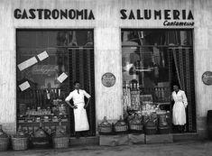 IlPost - Gastronomia a Torino - Un negozio di alimentari a Torino, nel maggio del 1951.  (Silvio Durante/Lapresse)