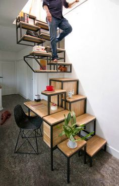 Tía Witty: Suspended staircase combined with desk and storage space by Mieke Meijer